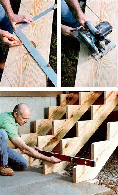 Показано разметка и изготовление деревянного каркаса крыльца