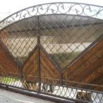 Поликарбонат с деревом и коваными элементами в отделке ворот