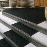 Полимерные покрытия недороги и позволяют защитить от грязи не только прихожую, но и крыльцо в частном доме