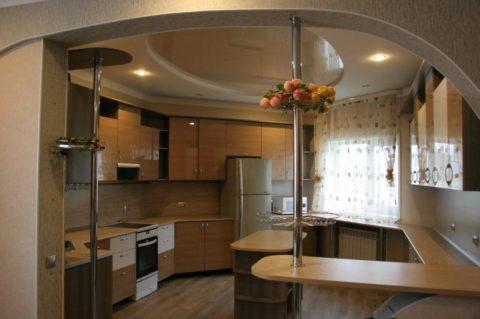 Пологая полуарка в квартире-студии со стандартной высотой потолков