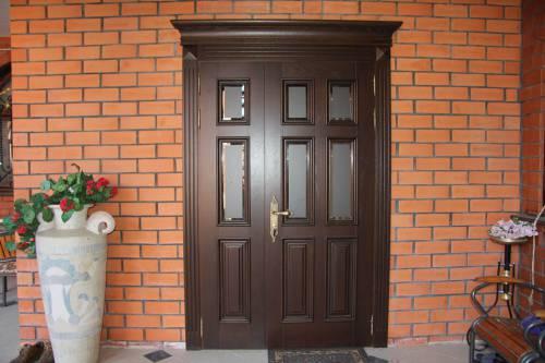 Полуторная дверь на входе в дом