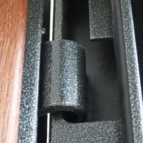 Потайная петля на металлической входной двери