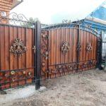 Позолоченный декор органично смотрится на фоне древесины темного цвета
