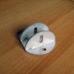 При использовании такого кронштейна диаметр подвесных отверстий должен быть достаточным для продевания карабина