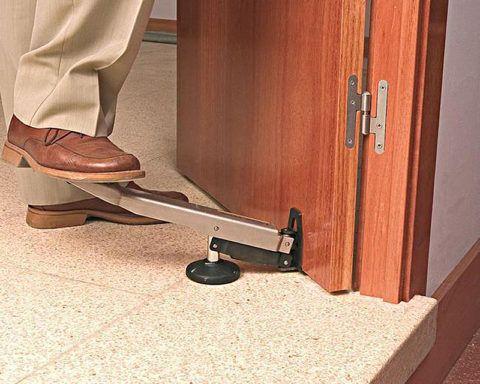 Приподнимите дверь с помощью рычага, чтобы увеличить зазор в петлях