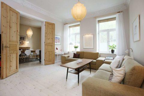 Природный рисунок древесины органично сочетается с простым материалом мебельной обивки