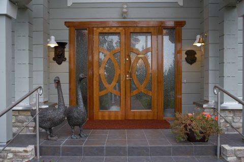 Привлечь внимание к входной группе можно при помощи оригинального исполнения дизайна дверного полотна