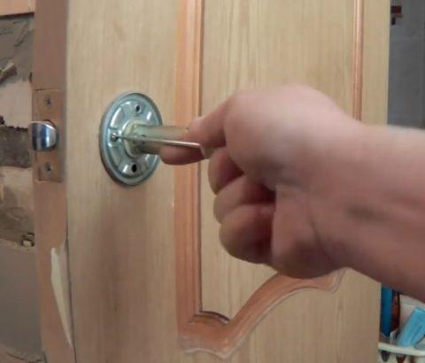 Разборка дверной ручки межкомнатной двери