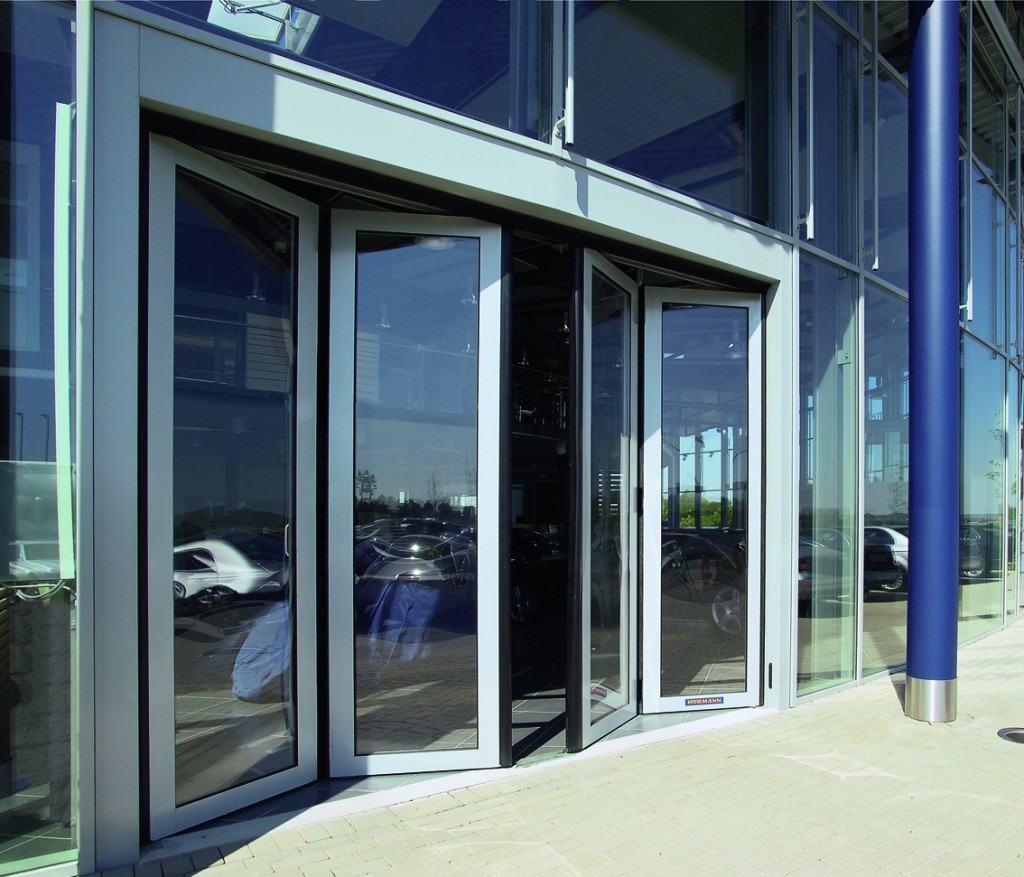 Раздвижные двери на остеклённом фасаде