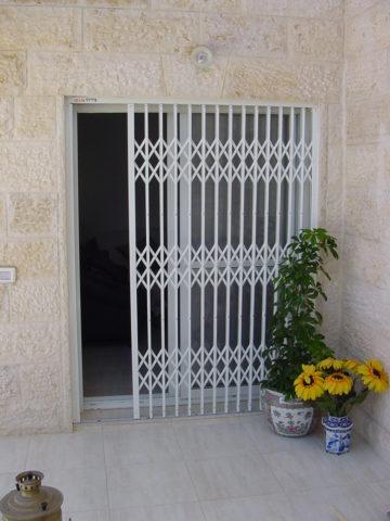 Раздвижные или распашные решетки на двери