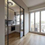 Раздвижные стеклянные конструкции для функционального отделения кухни от жилого пространства