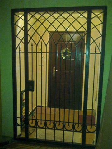 Решетчатые двери в тамбуре