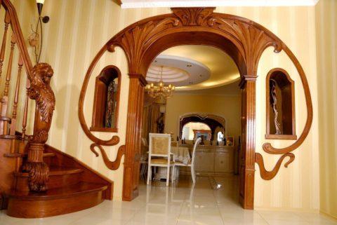 Резной деревянный портал