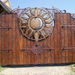 Роскошные ворота из дерева и металла