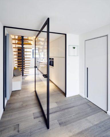 Рото-двери часто делают из стекла