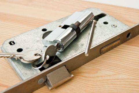 Смазывать личинки замков не нужно, так как ключ будет постоянно пачкаться