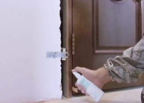 Смочите поверхность стены и тыльной стороны изделия