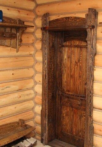 Состаренные двери из сосны выглядят очень эффектно