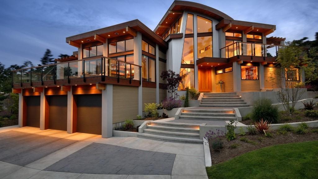 Современный жилой особняк с фасадным остеклением