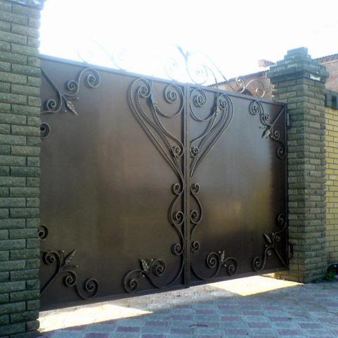 Стальные ворота, украшенные ковкой