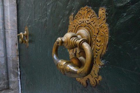 Старинное кольцо украсит ворота или входную дверь загородного дома