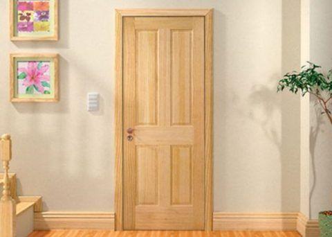 Так выглядит полотно дверное из массива сосны, покрытое бесцветным лаком