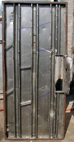 Так выглядят ребра жесткости у вскрытой двери