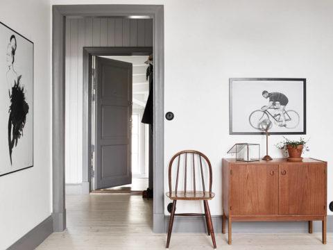 Темно-серый цвет на фоне белоснежных стен выглядит утонченно и стильно