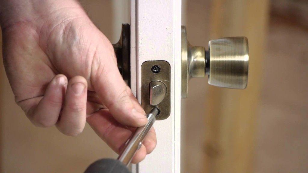 Установка на дверь ручки с защёлкой
