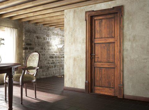 В интерьере дверь из массива древесины, якобы почерневшей от старости