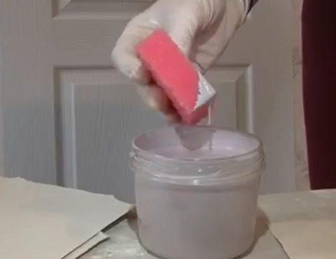 В качестве инструмента – посудная губка