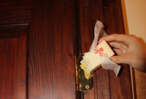 В крайних случаях, когда нет никаких других смазочных материалов, можно использовать сливочное масло