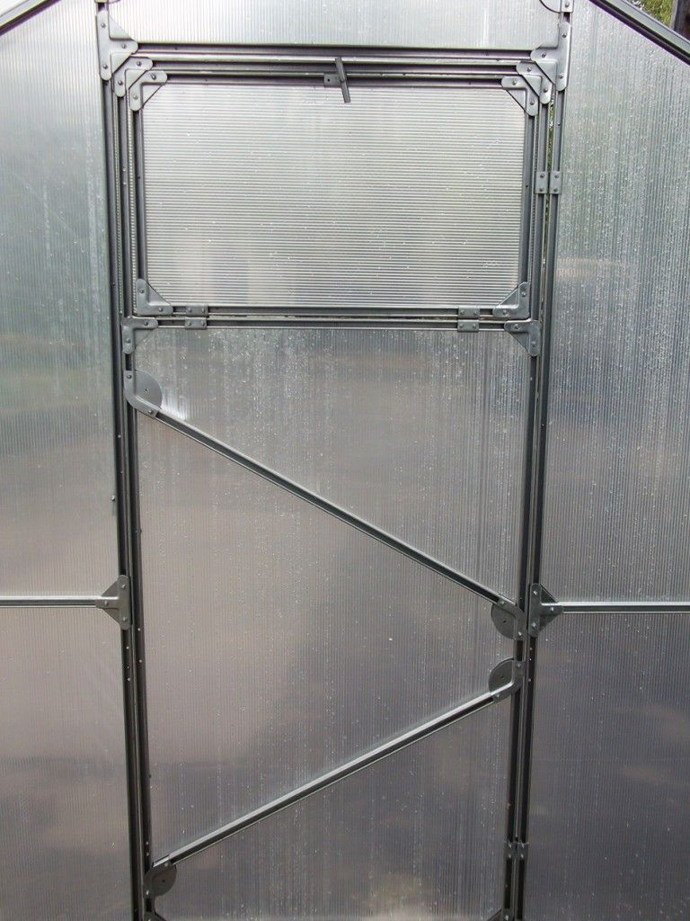 В теплице заводского изготовления вот такая дверь