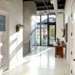 Вариант оформления просторной прихожей в частном доме