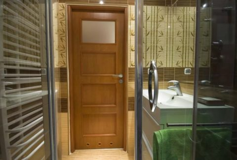 Вентиляционные отверстия на двери в ванной