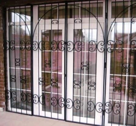 Входная решетчатая дверь