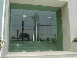 Пример распашных дверей из стекла