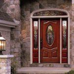 Витражные вставки и плавные линии придают полотну изящности, облегчая тем самым каменный фасад