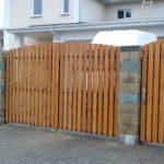 Ворота из вертикальных реек выглядят легче, чем сплошное деревянное полотно