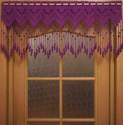 Вязаный ламбрекен с висюльками на двери
