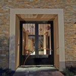 За счет ярко выраженного художественного образа входная дверь становится главным акцентом на фасаде частного дома
