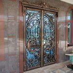 Защита стеклянных дверей кованым рисунком